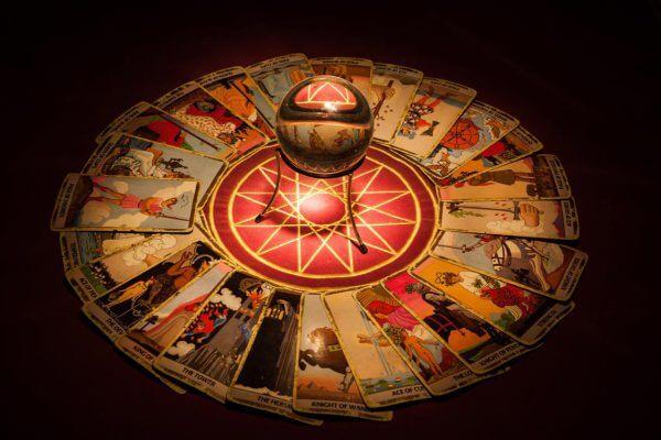 boule de cristal et tarots divinatoires